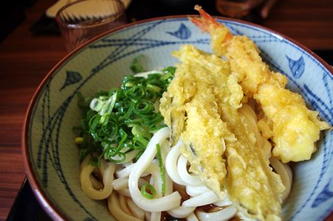 海老天と茄子の天ぷらをトッピングしたぶっかけうどん(大・冷)