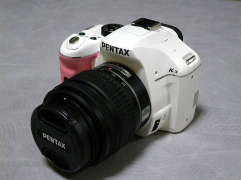 白ボディ、ピンクグリップのPENTAX K-x