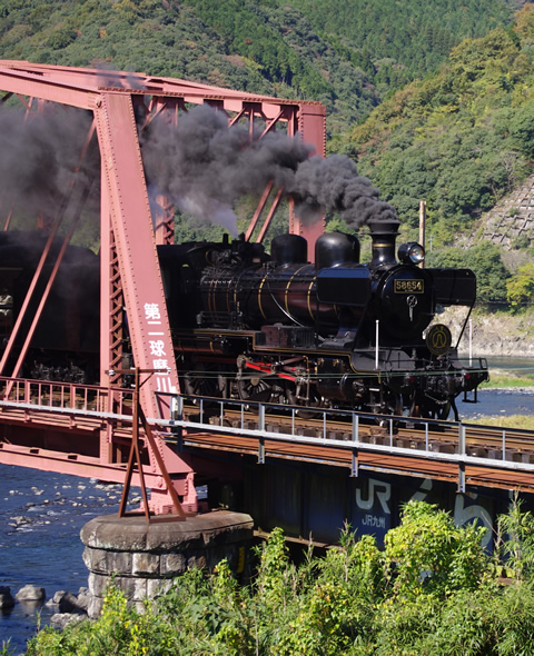 球磨川に架かる鉄橋を渡るSL人吉