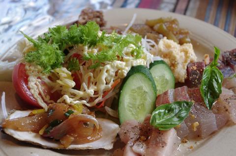 とれたて新鮮な地元の魚のカルパッチョ(500円)