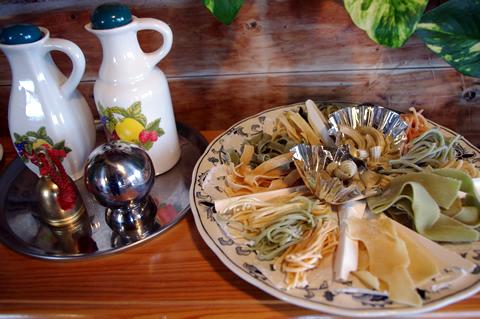 様々な形状、色んな野菜を練りこんだ自家製パスタ