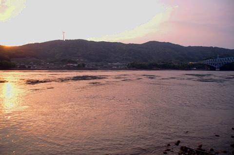 長島に沈む夕日と黒の瀬戸大橋