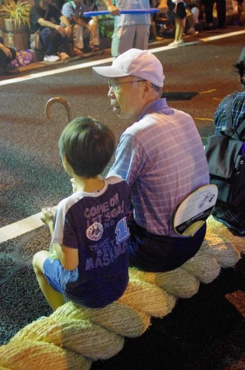 子供を大綱に座らせると健康に育ちます
