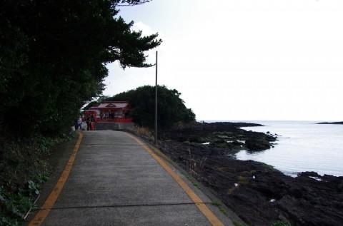 海岸沿いの岬にある神社です。
